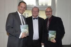 Die Herausgeber Andreas Hugi (links) und Ronny Kaufmann (rechts) anlässlich der Vernissage ihres Buches, in der Mitte Claude Longchamp, gfs.bern